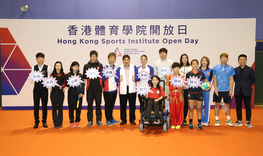 <p>Mr Tony Choi MH, Acting Chief Executive of the HKSI (6<sup>th</sup> left) and Mr Ron Lee, Director, Community Relations & Marketing of the HKSI (1<sup>st</sup> right), took a group photo with elite athletes including (from left) Cheung Ka-wai (billiard sports), Wong Hiu-ying (gymnastics), Au Wing-chi (squash), Tang Chiu-mang (rowing), Wu Siu-hong (tenpin bowling), Kong Man-yi (swimming), Ho Yuen-kei (boccia), Cheung Siu-lun (fencing), Geng Xiaoling (wushu), Wu Ho-ching (tennis), Yuen Lok-yee (rugby), Zhu Chengzhu (table tennis) and Li Kuen-hon (badminton).</p>
