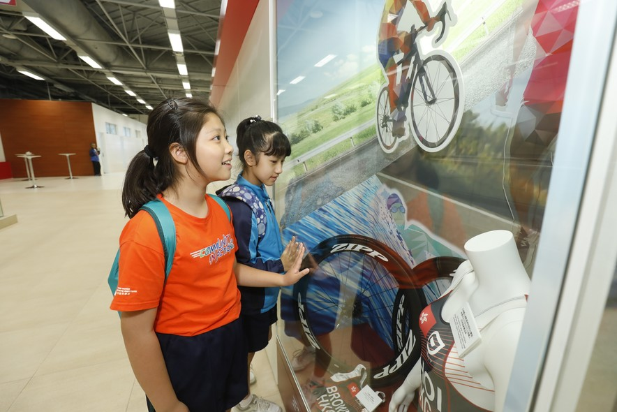 <p>Students were led on a tour around the HKSI.</p>
