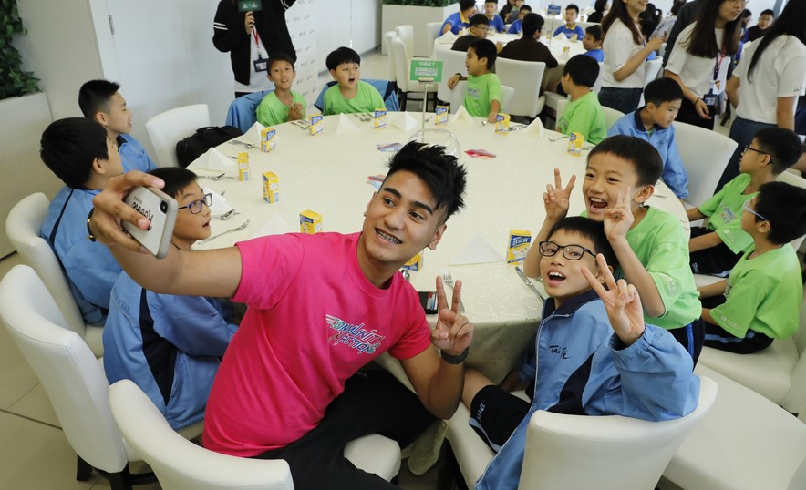 <p>Elite athletes shared their training life with teachers and students during lunch.</p>