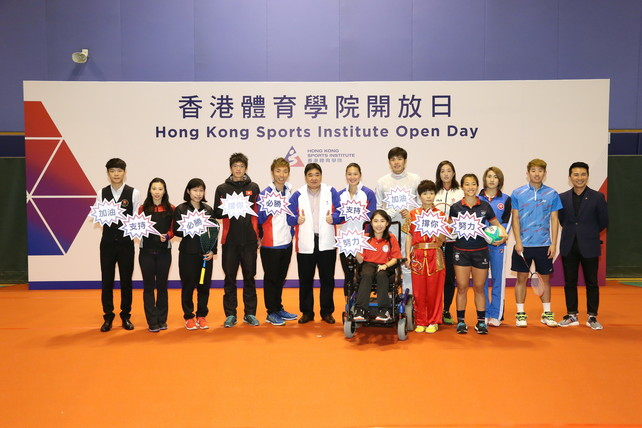 Mr Tony Choi MH, Acting Chief Executive of the HKSI (6<sup>th</sup> left) and Mr Ron Lee, Director, Community Relations & Marketing of the HKSI (1<sup>st</sup> right), took a group photo with elite athletes including (from left) Cheung Ka-wai (billiard sports), Wong Hiu-ying (gymnastics), Au Wing-chi (squash), Tang Chiu-mang (rowing), Wu Siu-hong (tenpin bowling), Kong Man-yi (swimming), Ho Yuen-kei (boccia), Cheung Siu-lun (fencing), Geng Xiaoling (wushu), Wu Ho-ching (tennis), Yuen Lok-yee (rugby), Zhu Chengzhu (table tennis) and Li Kuen-hon (badminton).