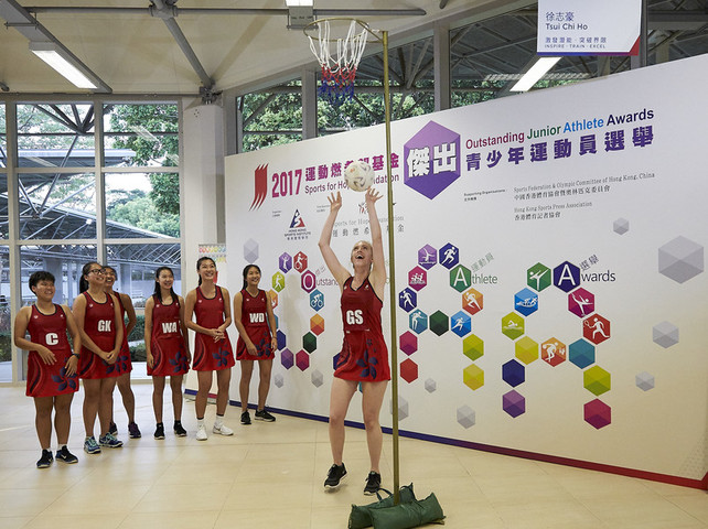 At the presentation ceremony, the awarded Hong Kong National U21s Netball Team showed the audience the technique of netball.