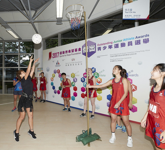 At the presentation ceremony, the awarded Hong Kong National U21s Netball Team showed the audience the technique of netball. Miss Marie-Christine Lee, Founder of the Sports for Hope Foundation (left) participated to show her sports talent.