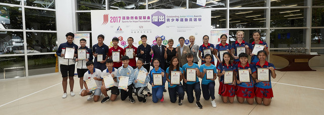 The Sports for Hope Foundation (SFHF) Outstanding Junior Athlete Awards Presentation for 2<sup>nd</sup> quarter 2017 was successfully held at the Hong Kong Sports Institute (HKSI). The officiating guests include Miss Marie-Christine Lee, Founder of the SFHF (7<sup>th</sup> right, back row), Mr Pui Kwan-kay SBS MH, Vice-President of the Sports Federation & Olympic Committee of Hong Kong, China (7<sup>th</sup> left, back row), Miss Chui Wai-wah, Committee Member of the Hong Kong Sports Press Association (6<sup>th</sup> left, back row), Dr Trisha Leahy BBS, Chief Executive of the HKSI (5<sup>th</sup> right, back row) and a special guest Mr Tony Yue BBS MH JP, Chairman of the Elite Sports Committee (6<sup>th</sup> right, back row), congratulates all the awardees.