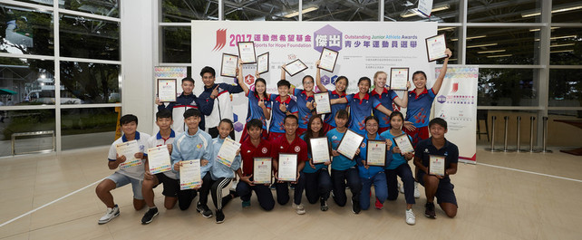 The winners of the Sports for Hope Foundation Outstanding Junior Athlete Awards of 2<sup>nd</sup> quarter 2017 include: (from left, back row) Yip Kin-ling and Robbie James Joaquin Capito (Billiard Sports), the Hong Kong National U21s Netball Team, (from 3<sup>rd</sup> right, front row) Ng Wing-lam (Table Tennis), Shing Cho-yan and Chan Pui-kei (Athletics), Yim Ching-hei and Nikki Tang (Athletics – Hong Kong Sports Association for Persons with Intellectual Disability). The recipients of the Certificate of Merit are Cheng Ho-yin (Windsurfing) (1<sup>st</sup> right, front row) and Chan Cheuk-lam (Gymnastics) (2<sup>nd</sup> right, front row). Meanwhile, (from left, front row) Ng Hoi-ying and Chan Ming-fai (Canoe) and Wong Cheuk-hei and Wong Hei-tung (Dancesport) were presented the Certificate of Appreciation.